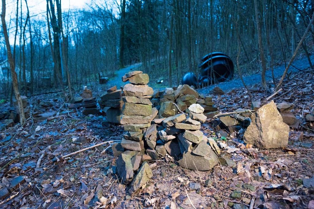 Spontane Schaffenskraft: An einigen Stellen im Park finden sich gleich mehrere Steinstapel